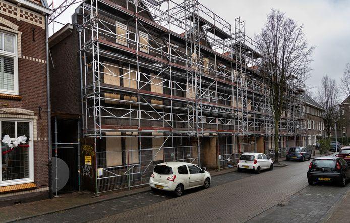 De vijf kamerpanden aan de Catharinastraat die binnenkort worden gesloopt vanwege instortingsgevaar. De steigerachtige constructie tegen de voorgevels zorgen voor de noodzakelijke ondersteuning.