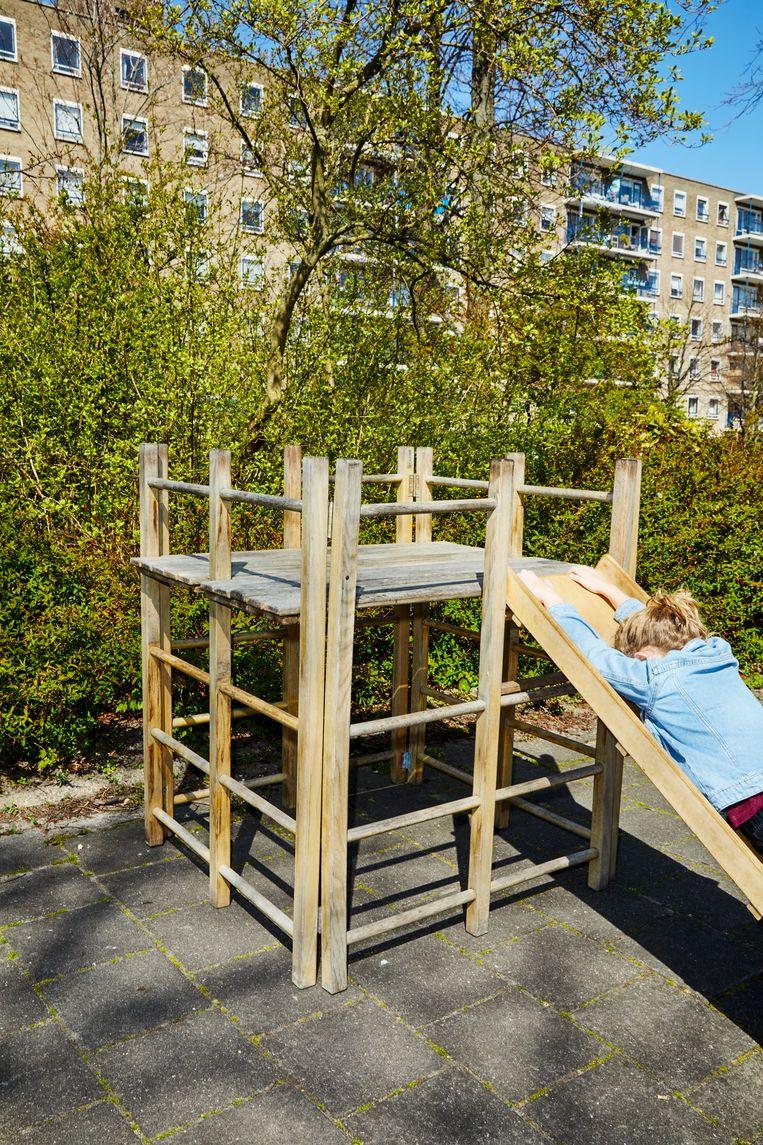 Topstuk: houten vintage gymtoestel/klimrek met glijbaan. Beeld Marie Wanders