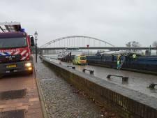 Gemist? Man gewond en onderkoeld na val in Deventer En: Agent tegen hoofd geschopt in Zutphen