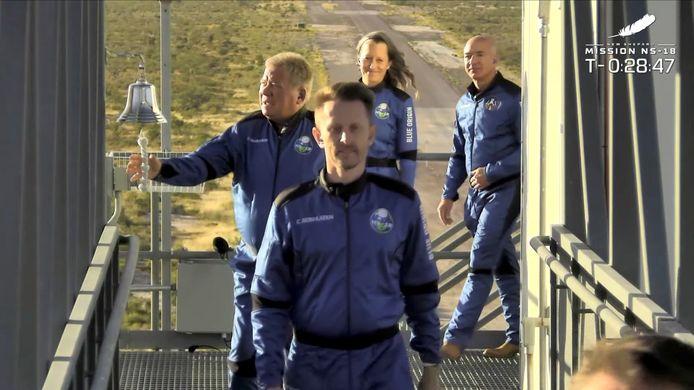 De crew loopt naar de raket op het lanceerplatform. Shatner luidt traditioneel de bel om zich aan te melden voor de vlucht.