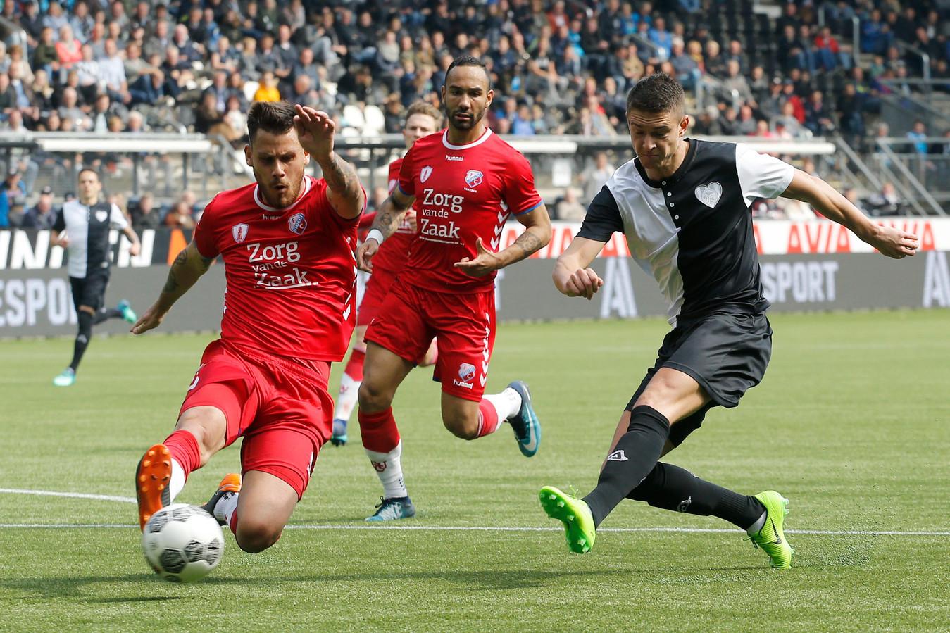 Kristoffer Peterson (R) tijdens een oefenduel met FC Utrecht. Links Dario Dumic.
