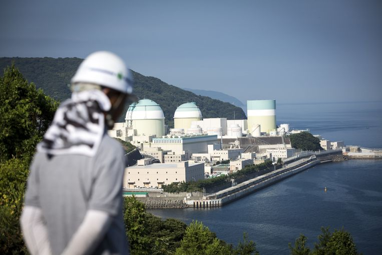 A nuclear power plant in Ikata, Japan. The country has a stockpile of nuclear material that could power an arsenal of 6,000 weapons. Beeld Photo News