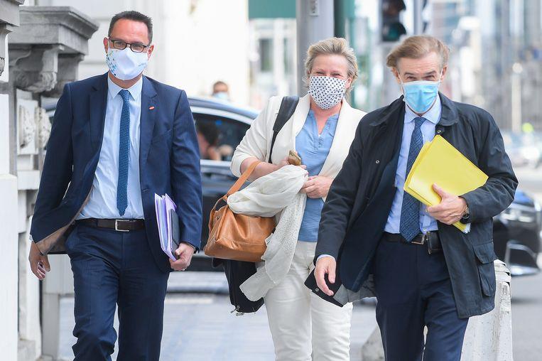 Unizo-topman Danny Van Assche (l.) algemeen secretaris van het ABVV Miranda Ulens (m.) arriveren in Brussel voor overleg met de Groep van Tien. Beeld BELGA