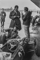Bob Schalkwijk vestigde zich in 1959 in de hoofdstad van Mexico. Sindsdien heeft hij verschillende gebeurtenissen van historisch belang gefotografeerd. In de eerste editie van de Mexicaanse F1 Grand Prix praat de Engelse coureur John Surtees met Mauro Forghieri, de ingenieur-ontwerper van Ferrari's F1's.  Locatie: Mexico-Stad, 26 oktober 1963.