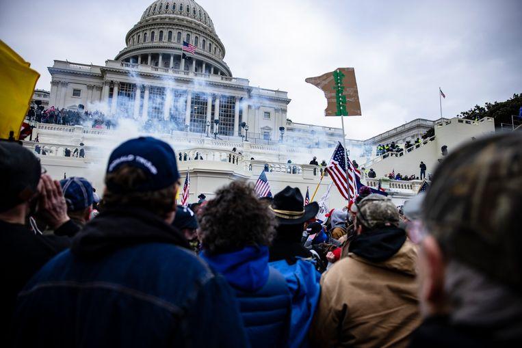 Aanhangers van Trump bestormen het Amerikaanse Capitool in Washington. Beeld Getty Images