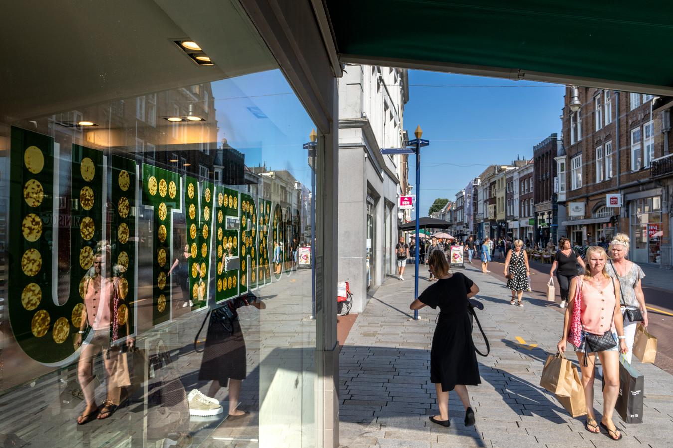 Winkelen op de Hinthamerpromenade. Het publiek geeft dit jaar meer geld uit dan verwacht.