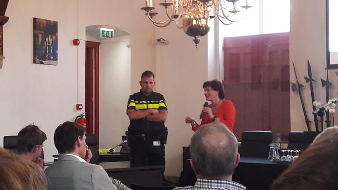 Burgemeester Marga Vermue (rechts) en wijkagent Christian Wisse op de drukbezochte informatiebijeenkomst in het Belfort in Sluis.