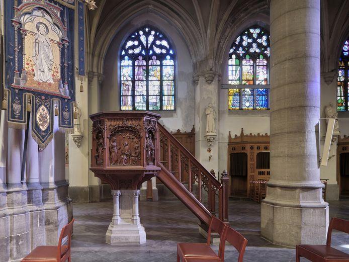De preekstoel in de Sint-Hubertuskerk.