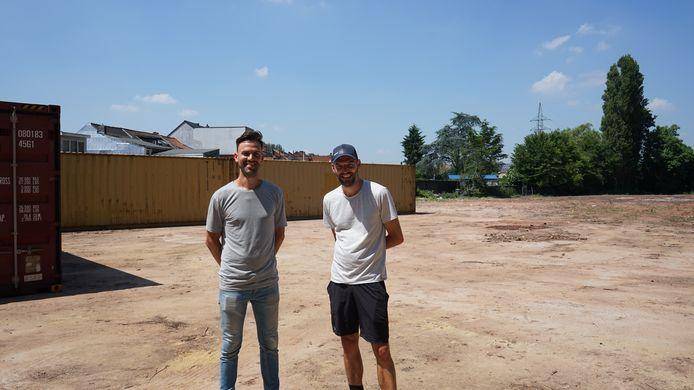 Philippe Weymans en Ilya Chardome lieten de site al volledig opkuisen en plaatsten twee containers voor een pop-up zomerbar.