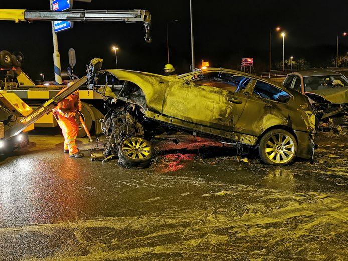 De schade aan de betrokken voertuigen bij het ongeval op de A50 bij Heelsum is groot.