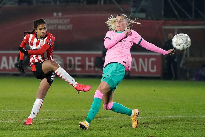 Esmee Brugts tijdens haar Europese debuut voor PSV Vrouwen, in de thuiswedstrijd tegen FC Barcelona.