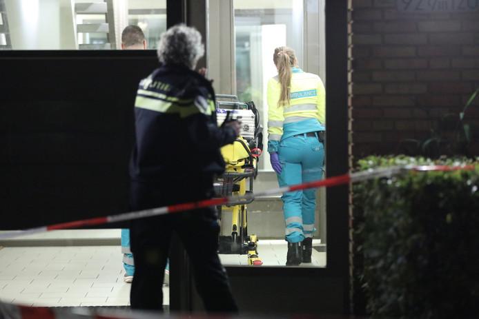 Het slachtoffer van de steekpartij werd onderzocht door ambulancepersoneel.