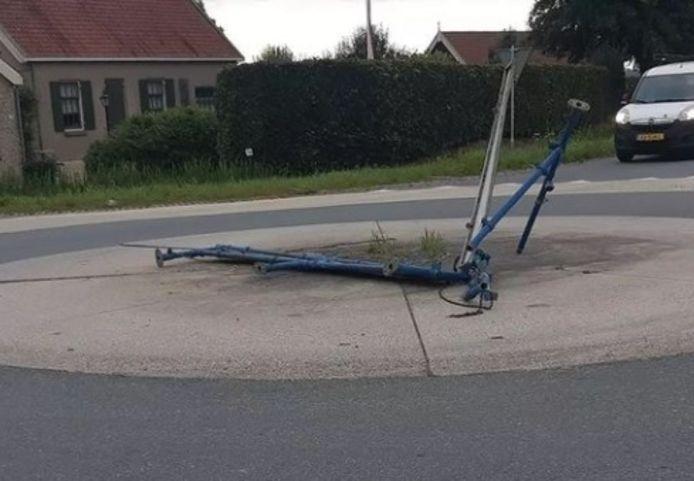 Een automobilist heeft vrijdagochtend de bebording op de rotonde aan de Gorissenweg aan flarden gereden.