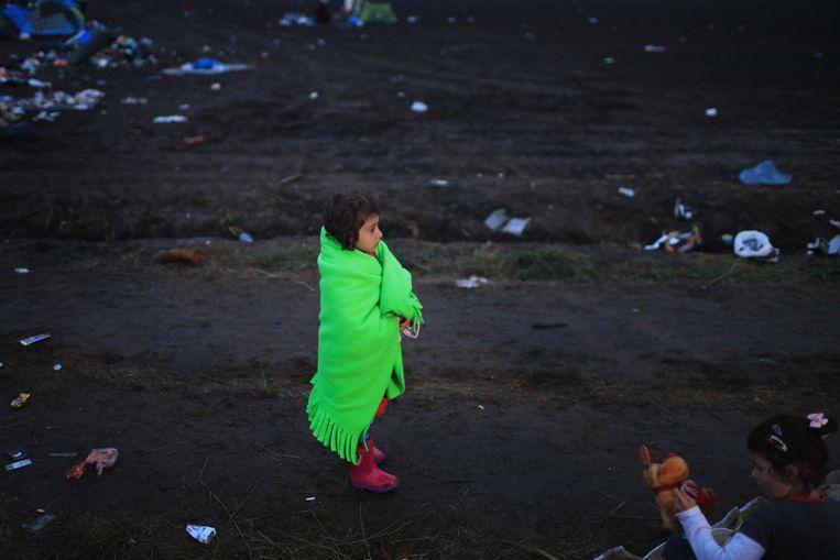 Een jong meisje kijkt in de verte, in Hongarije. Beeld getty