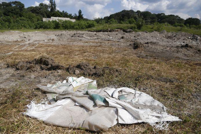 De lichamen werden gevonden in 119 zakken, die waren begraven in een put bij een boerderij.