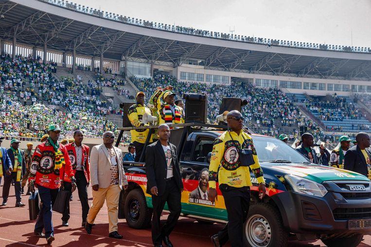 President Emmerson Mnangagwa arriveert in een stadion in Harare voor de bijeenkomst van regeringspartij ZANU-PF. Beeld AFP