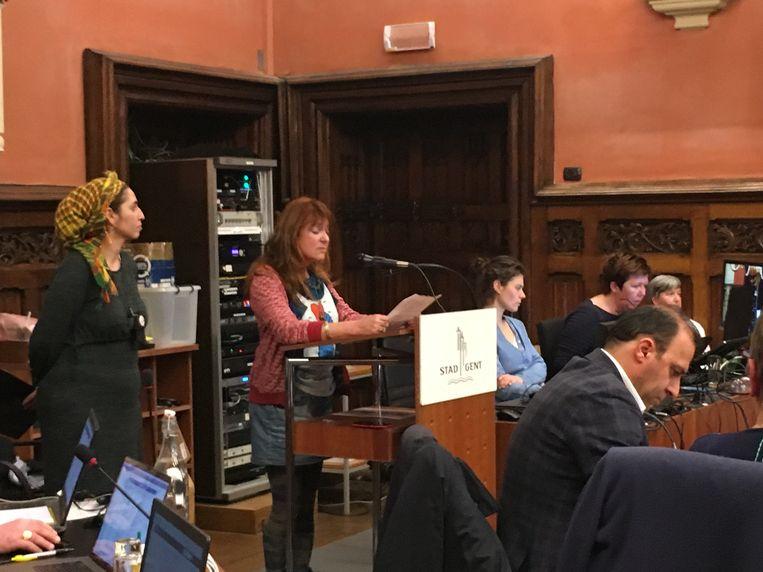 Burgers nemen het woord op de gemeenteraad, en vragen een 'huiszoekingsvrije stad'