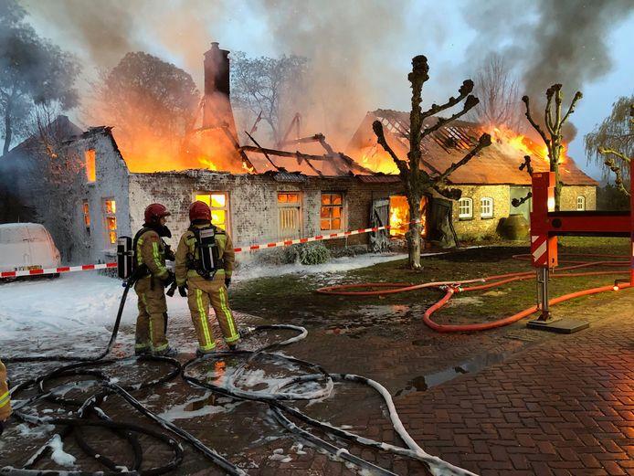 Van een boerderij in Riethoven is niet veel meer over na een brand.