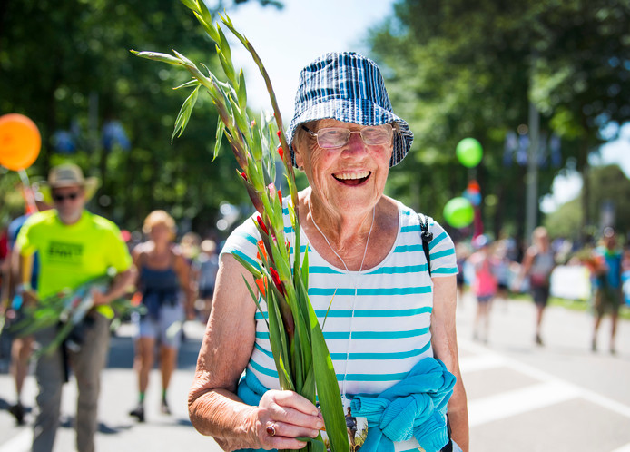 Wandelaars komen aan op de Via Gladiola, tijdens de laatste Vierdaagsedag in 2017.