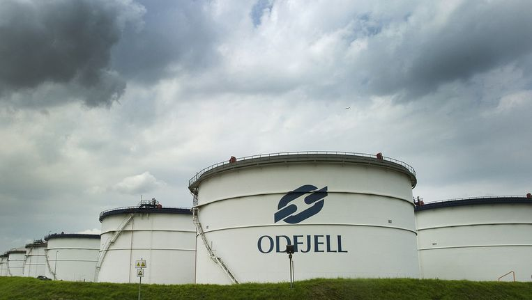 Het terrein van het chemische opslagbedrijf, waar de tanks met gevaarlijke stoffen moeten worden leeggepompt en overgeheveld in schepen. Beeld ANP