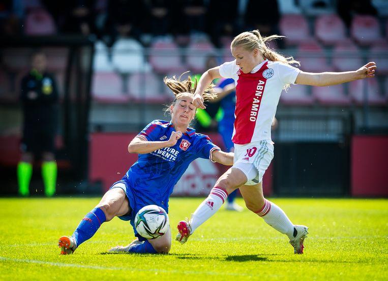 Ajaxspeelster Nadine Noordam in duel met Suzanne Giesen van Twente.  Beeld Jiri Büller / de Volkskrant