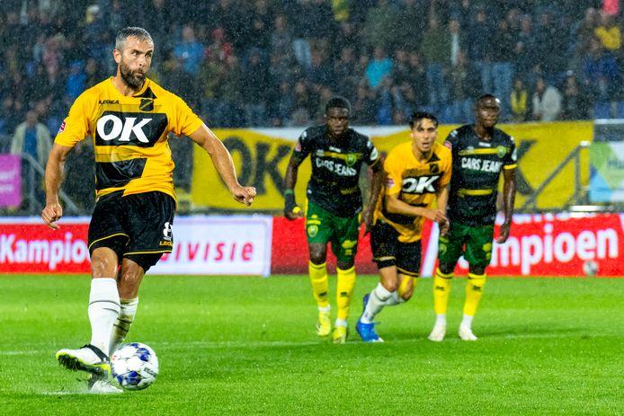 Ralf Seuntjens zet ADO Den Haag van elf meter al voor rust op een veilige 2-0 voorsprong.