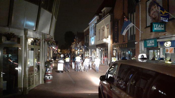 De politie dreef de groep jongeren afgelopen nacht onder andere via de Luttekepoortstraat de stad uit.