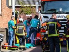 Fietsster gewond na beknelling onder vrachtwagen, traumahelikopter ingezet