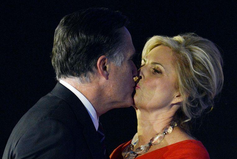 Mitt Romney zoent zijn vrouw Ann op het podium in Boston. Beeld AFP
