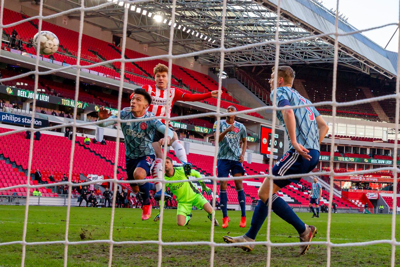 Yorbe Vertessen maakt de 2-0, maar die goal wordt daarna afgekeurd.