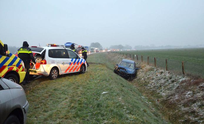 Foto ter illustratie. Hulpdiensten bij een botsing door ijzel en gladheid op de weg.