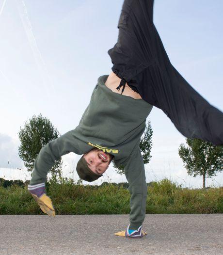 Breakdancer Jeroen zet nieuw officieus wereldrecord neer: 25 kilometer radslagen maken