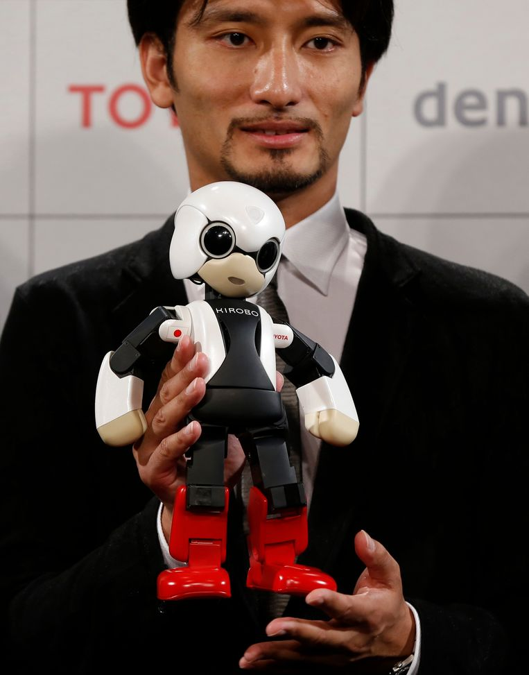 Robot Kirobo en een van diens makers, Tomotaka Takahashi. Beeld REUTERS
