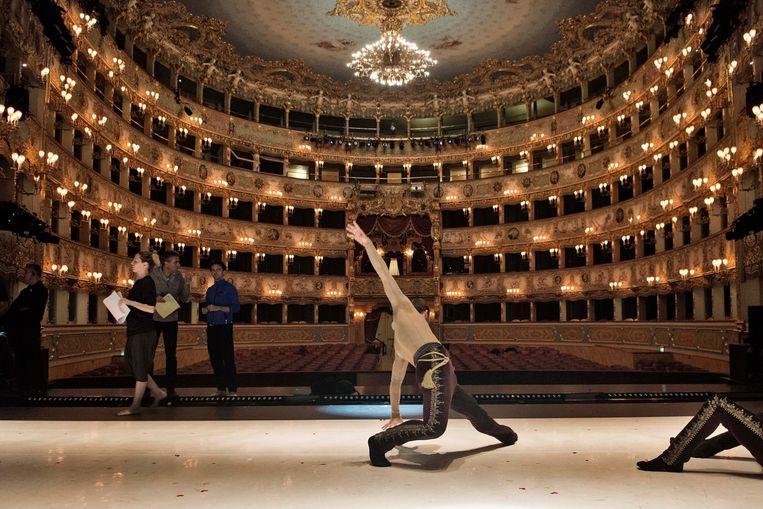 Dansers oefenen in de prachtige zaal van Teatro La Fenice.  Beeld Ballet Vlaanderen/Ingnaco Urrita