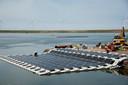 De pilot met  drijvende zonnepanelen op de Maasvlakte, hier in de Slufter, is zeer succesvol.