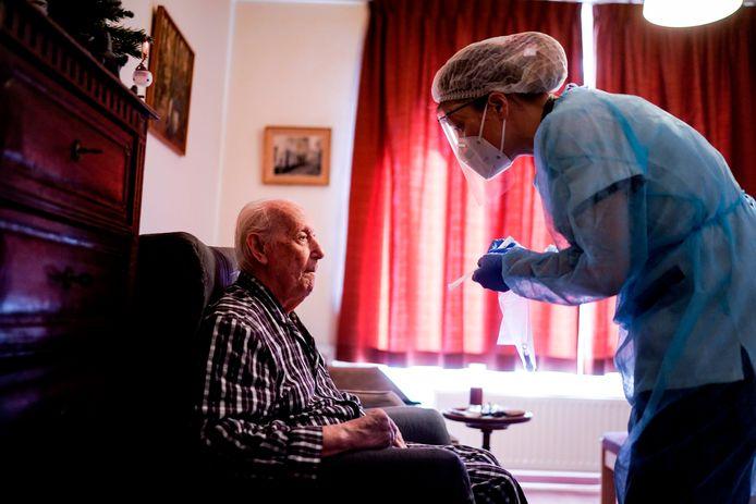"""Illustration: soins des résidents dans la maison de repos """"Christalain"""" à Jette"""