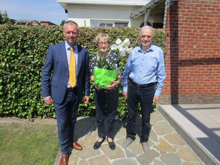 Stan en Yvonne samen met districtsburgemeester Carl Geraerts