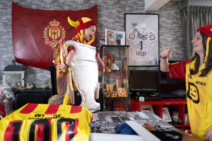 Kelly Vercauteren en zoontje Oli steunen KV Mechelen volop tijdens de bekerfinale.