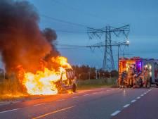 Auto vliegt in brand tijdens het rijden in Breukelen