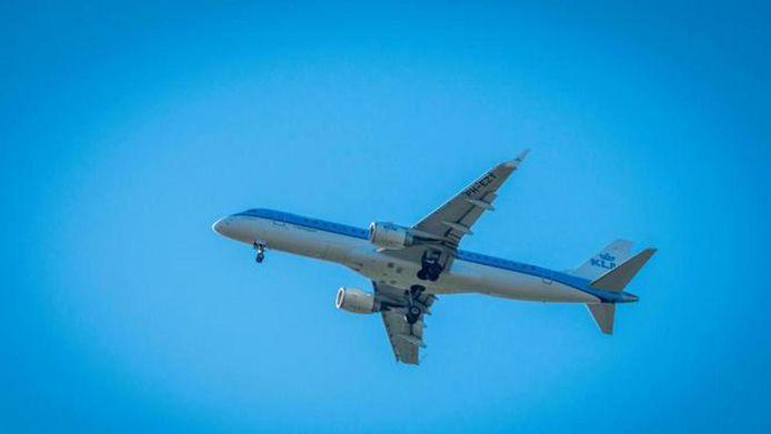 2018-08-02 09:30:51 SCHIPHOL - Een vliegtuig van KLM stijgt op van luchthaven Schiphol. ANP XTRA LEX VAN LIESHOUT