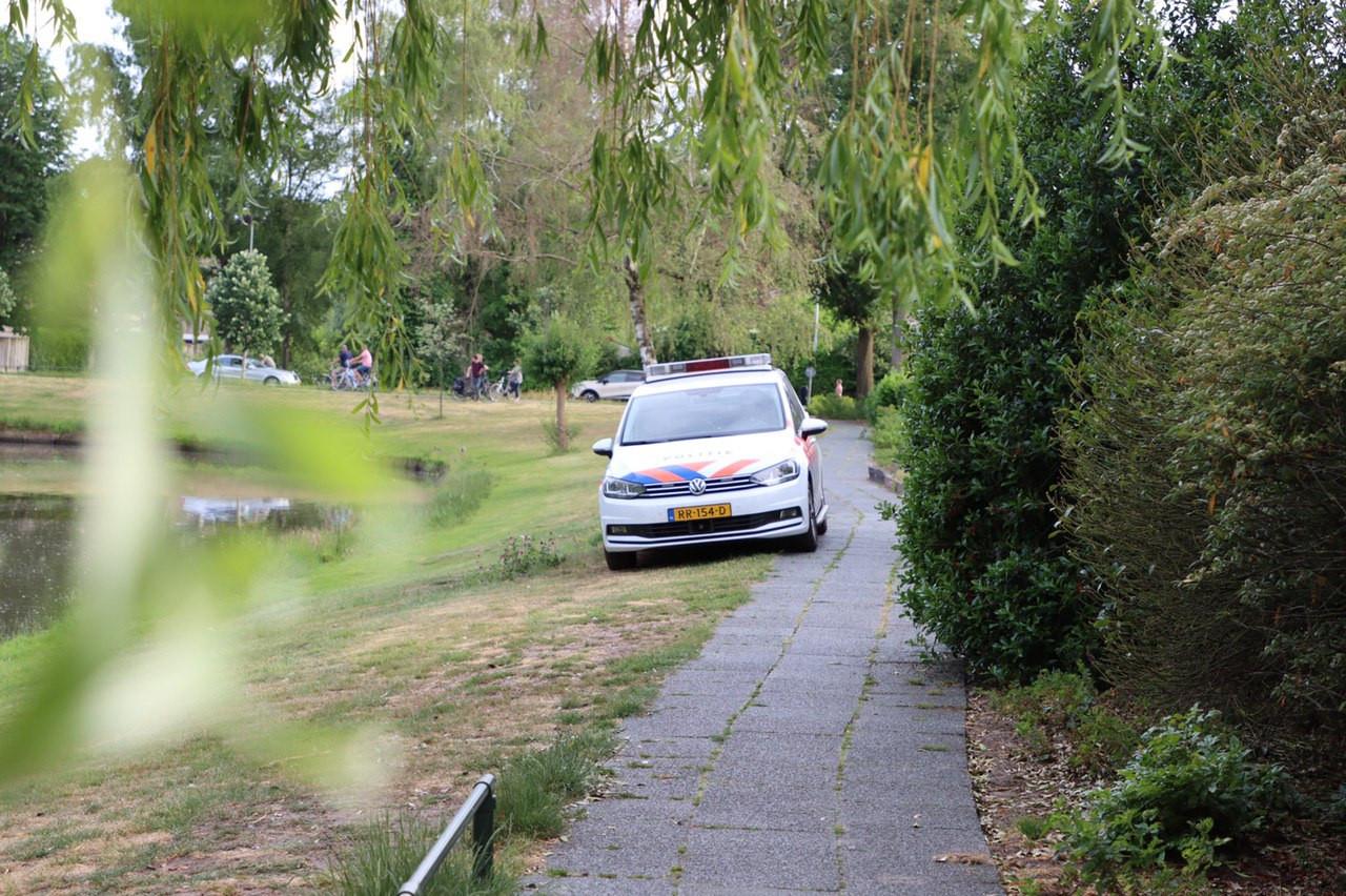 Bij een vijver in Oldenzaal is maandagavond een granaat uit de Tweede Wereldoorlog gevonden.
