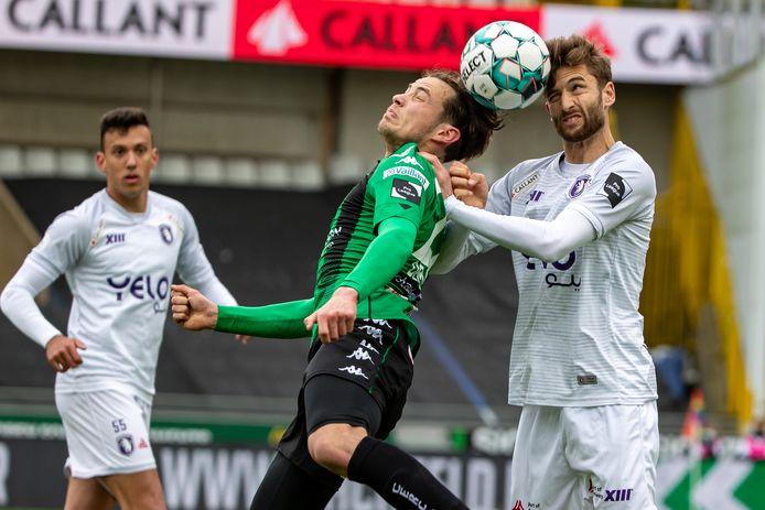 Jan Van den Bergh in duel met Olivier Deman van Cercle. Op de achtergrond kijkt Stipe Radic toe.