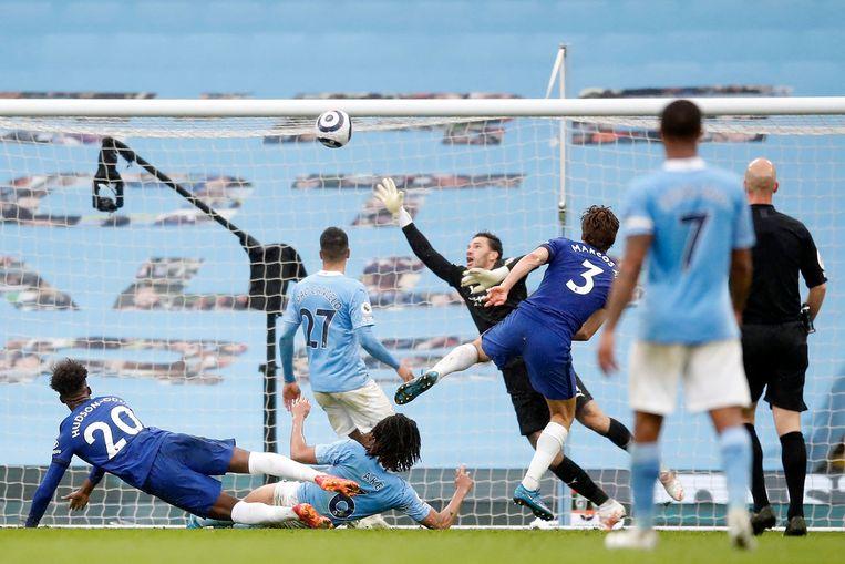 Chelsea-verdediger Marcos Alonso schiet de 1-2 voorbij doelman Ederson. Beeld AFP