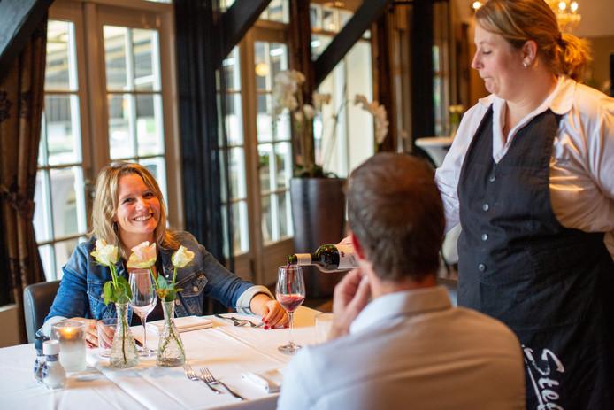 Bedenker van het First Mates-evenement Wendy Goodin met tegenover haar Rob Vermeulen van restaurant Stegeman. In dat etablissement wordt volgende week het Lochemse dating-evenement gehouden.
