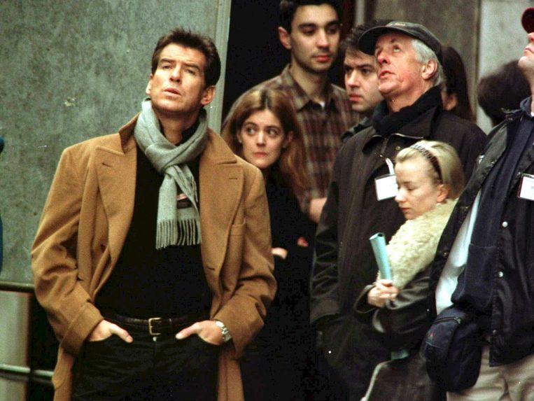 Pierce Brosnan naast Michael Apted tijdens de opnames van The World is Not Enough. Beeld EPA