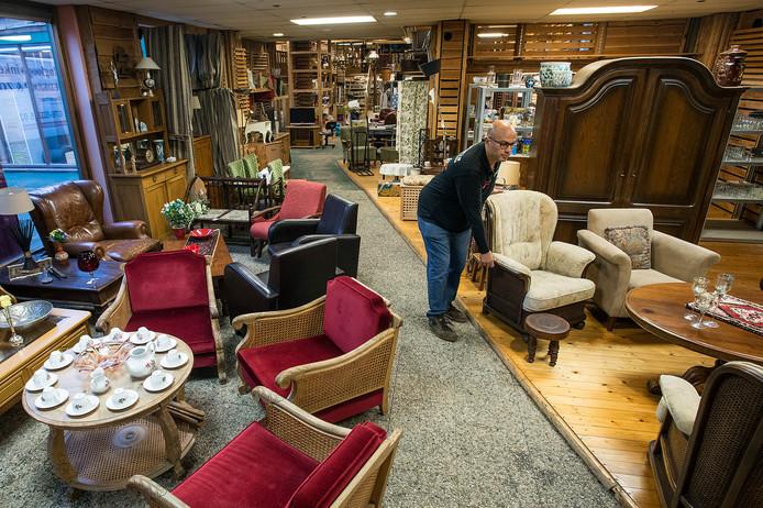 Aan de Valkenstraat in Breda gaat vandaag opnieuw een kringloopwinkel open. Maandag legde eigenaar John Semerel en de laatste hand aan het assortiment.