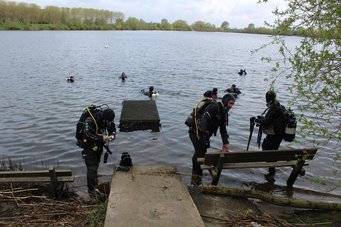 Duikers van Duikteam Herman Lieven uit Den Bosch nemen een duik bij de Lithse Ham.