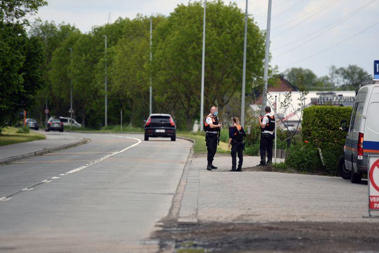 De zoektocht naar militair Jürgen Conings breidt zich nu ook uit naar Leuven, waar de politie massaal aanwezig is aan de flat van Marc Van Ranst. Beeld Vertommen