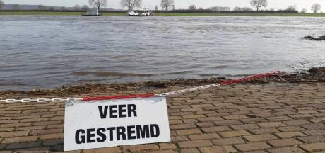 Veerdiensten over de Maas uit de vaart vanwege hoogwater en sterkte stroming