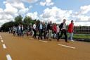 Route van de turf, de deelnemers laten hun fietsen achter en wandelen naar het treintje wat staat te wachten. Brug over de A58